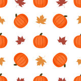 Naadloze achtergrond met pompoenen en de herfstbladeren Royalty-vrije Stock Afbeelding