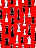 Naadloze achtergrond met zwart-witte schaakstukken op lichtrode achtergrond Ongelijke verdeelde paard, koning, koningin, bischop  Stock Afbeelding