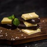 naadloze achtergrond Zwart-witte chocolade Stock Fotografie