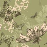 Naadloze bloemenachtergrond met vliegende vlinders Stock Foto