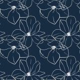 In naadloze bloemendruk met magnoliabloemen op diepe blauwe kleur Vectorhand getrokken illustratie voor druk, textiel, het verpak Stock Afbeeldingen