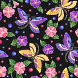 Naadloze illustratie met kleurrijke libellen en bloemen op een donkere achtergrond Stock Foto