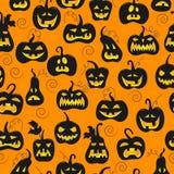 Naadloze illustratie op het thema van Halloween, verschillende vormen donkere pompoen op oranje achtergrond stock illustratie