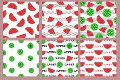 Naadloze patronen die met kleurrijke watermeloenen worden geplaatst stock afbeeldingen