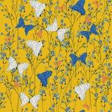 Naadloze Patroon wilde die bloemen, vlinders, op geel c worden geïsoleerd Royalty-vrije Stock Afbeeldingen