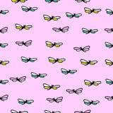 Naadloze textuur met mooie vliegende libel op roze achtergrond Royalty-vrije Stock Fotografie
