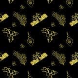 Naadloze vector gouden Kerstmis schittert textuur Tegelachtergrond met pijnboomboom, giftdoos, Kerstmisdecoratie, hulstbes Royalty-vrije Stock Fotografie