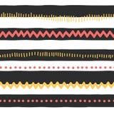 Naadloze vectorpatroon abstracte horizontale lijnen, zigzag, punten, strepen Rode en gele krabbels op zwart-witte achtergrond royalty-vrije illustratie