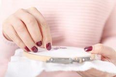 Naai of borduur het gebruiken van dwars-stitche-kruis royalty-vrije stock foto