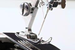Naai machinegaren en het hulpmiddel van het naaldwerk stock afbeelding