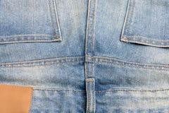Naai steek het vlak-felled naadontwerp op achterdenimjeans stock afbeelding