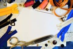 Naaiend creatief ontwerpkader van draadreeksen, uitstekende schaar, naalden, vingerhoedje, op witte achtergrond, centimeter voor  stock foto's