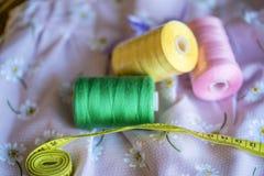 Naaiend die hulpmiddelen en materiaal in kleding het maken worden gebruikt Stock Afbeeldingen