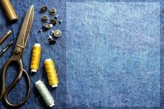 Naaiend materiaal als achtergrond van de mening van de de lijstbovenkant van jeanskleren en Stock Foto's