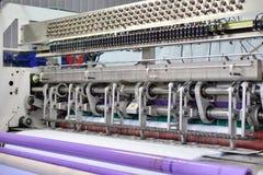 Naaiend materiaal, weefgetouw bij een kledingstukfabriek Stock Foto's