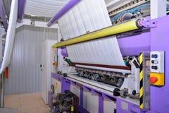 Naaiend materiaal, weefgetouw bij een kledingstukfabriek Royalty-vrije Stock Foto's