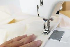 Naaiend met een hobby naaimachine, leidt de hand whit Stock Foto