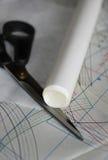 Naaiend tekening, schaar en broodje van vindend document op Stock Foto