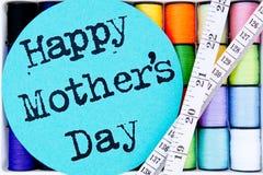 Naaiende - Draad - Katoenen Spoelen met Gelukkig Moeder` s Dag en meetlint Stock Afbeeldingen