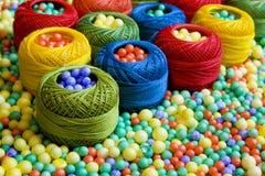 Naaiende draden en polystyreenballen Stock Afbeeldingen