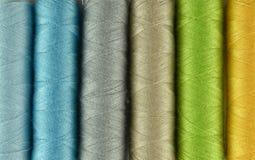 Naaiende draden multicolored achtergrond Stock Afbeeldingen