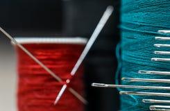 Naaiende draden van verschillende kleuren met partijennaalden Stock Afbeelding
