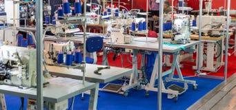 Naaiende fabriek, niemand, overlock machines stock foto