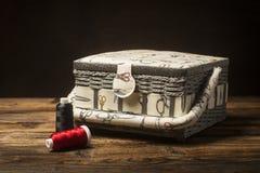 Naaiende gereedschapstas en naaiende draden Royalty-vrije Stock Foto's