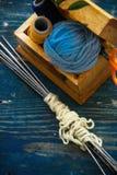 Naaiende hulpmiddelen in de houten doos stock afbeeldingen