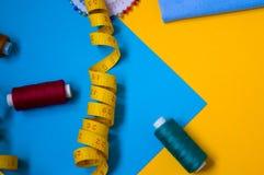 Naaiende hulpmiddelen en naaiende toebehoren, toebehoren, naaiende uitrusting royalty-vrije stock fotografie