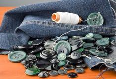 Naaiende jeans Stock Afbeelding