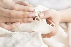 Naaiende kleren met de hand Royalty-vrije Stock Foto's