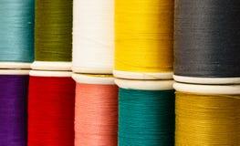 Naaiende multicolored draden Stock Fotografie
