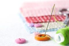 Naaiende naald en draad met knopen Stock Afbeeldingen