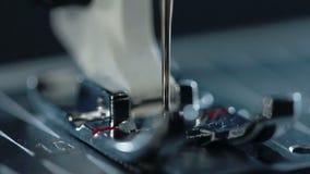 Naaiende naald in langzame motie De productie van materiaal bij textielfabriek stock footage