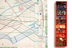 Naaiende patroon en doos van knopen Royalty-vrije Stock Afbeelding