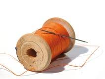 Naaiende spoel met een naald. Een naaiende naald. Stock Afbeeldingen