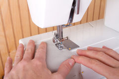 Het naaien op naaimachine stock afbeelding