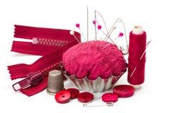 Naaiende toebehoren: draad, naald, vingerhoedje en speldenkussen royalty-vrije stock afbeeldingen