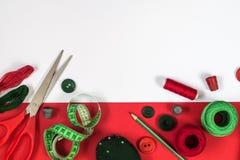 Naaiende toebehoren in rode en groene kleuren Stock Foto