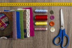 Naaiende uitrusting en materialen Stock Foto's