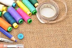 Naaiende uitrusting Schaar, spoelen met draad en naalden stock afbeelding