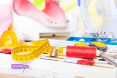 Naaimachine en naaiende toebehoren Stock Foto