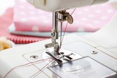 Naaimachine en naaisterstoebehoren Stock Afbeeldingen