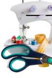 Naaimachine en naalddingen stock fotografie