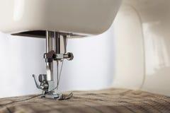 Naaimachine met naald, draad en stof Punt van kleding De naaiende industrie royalty-vrije stock afbeeldingen