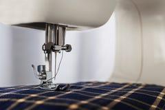 Naaimachine met naald, draad en stof Punt van kleding De naaiende industrie stock foto