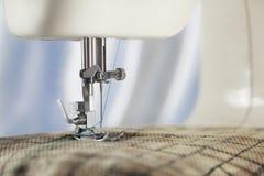 Naaimachine met naald, draad en stof Punt van kleding De naaiende industrie stock afbeeldingen