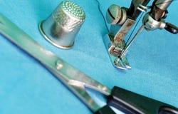 Naaimachine met vingerhoedje en schaar stock foto