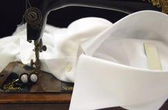Naaimachine op een overhemdsmanchet Royalty-vrije Stock Foto's